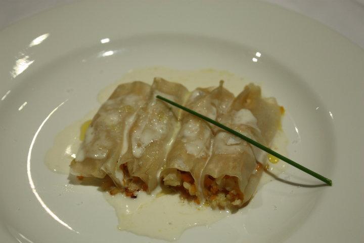 Canelones en pasta oriental de gambas, vieiras y bechamel ligera de crustáceos.